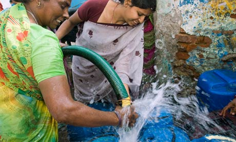 Slum dwellers scramble for water