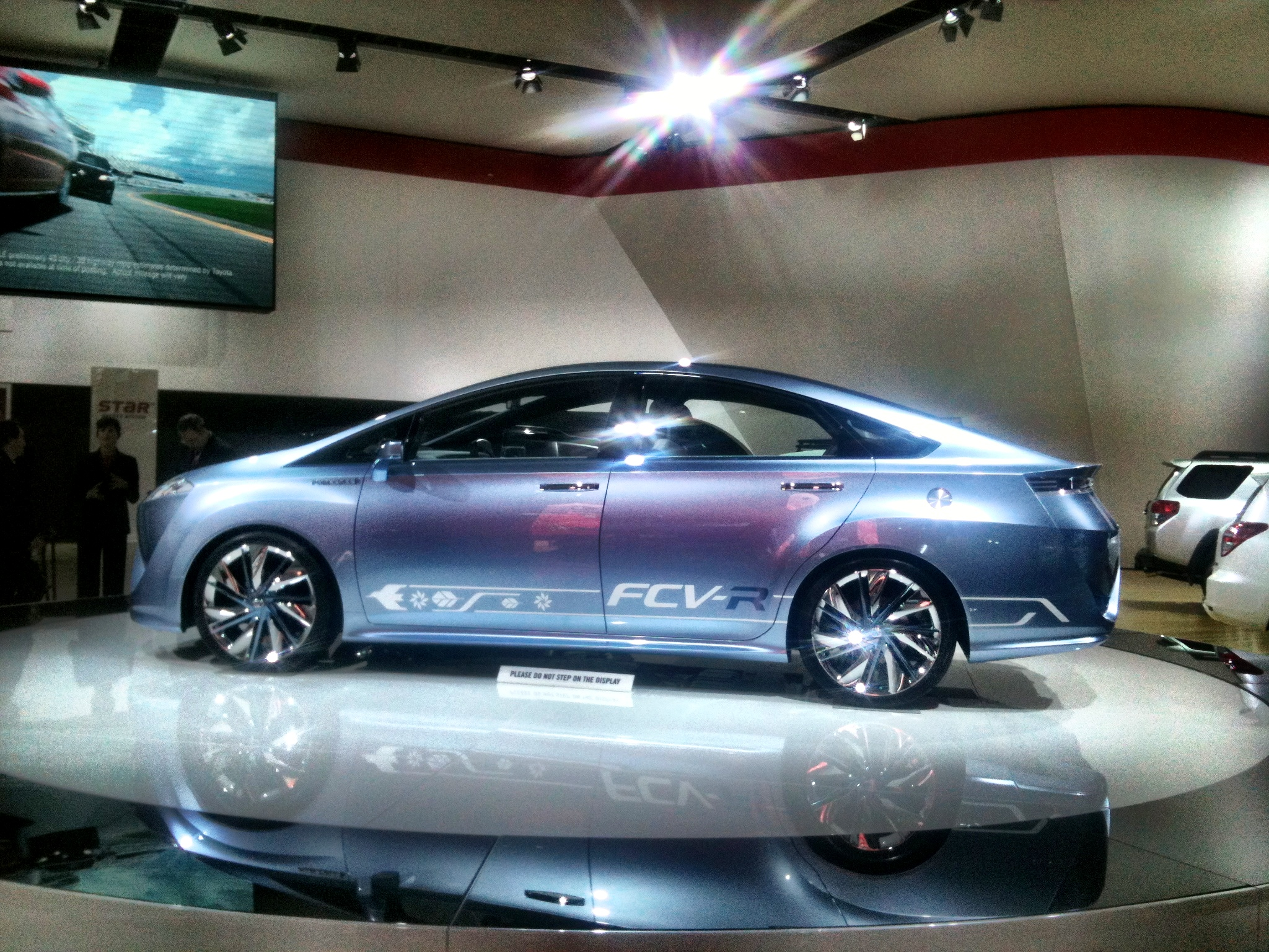 Toyota FCV-R Hydrogen Fuel Cell Concept Sedan Could Arrive in 2015