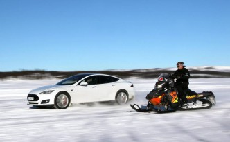 Tesla Model S vs. Snowmobile (c) Petter Handeland